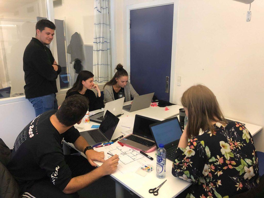 Gruppearbejde med udvikling koncept og forskellige ideer til Ane Maries Hus